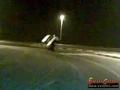 Arab wsiada do jadącego samochodu w ruchu